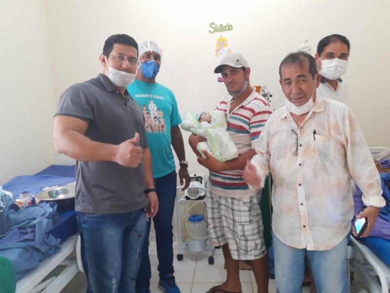 Familiares da gestante e do bebê, algumas horas após o parto